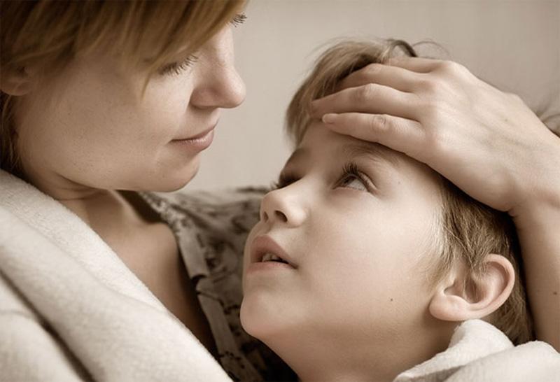 сын пристал к матери